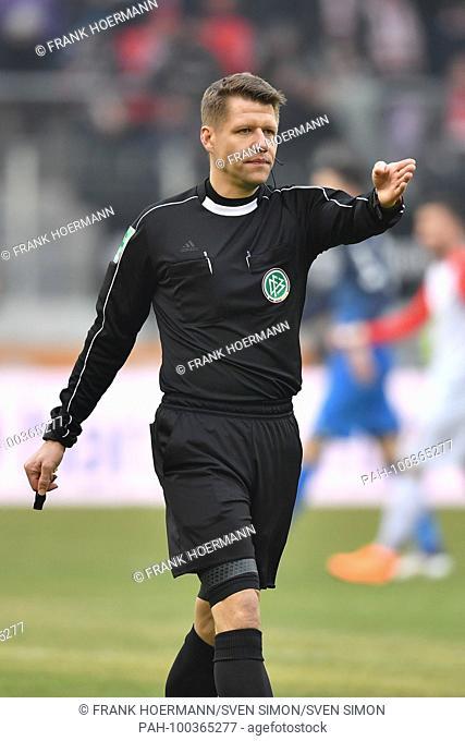 referee Patrick ITTRICH,.gesture,gives Anweisungen,.Einzelbild,angeschnittenes Einzelmotiv,Halbfigur,halbe Figur..Fussball 1. Bundesliga, 25