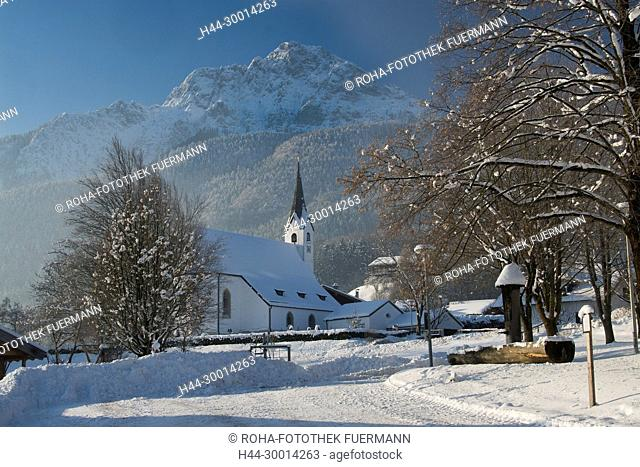 der Dorfplatz von Aufham in der Gmd. Anger im tiefen Winter mit dem Hochstaufen im Hintergrund