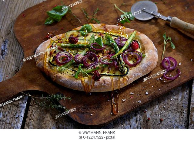 Pizza with grilled courgettes, asparagus and red onions