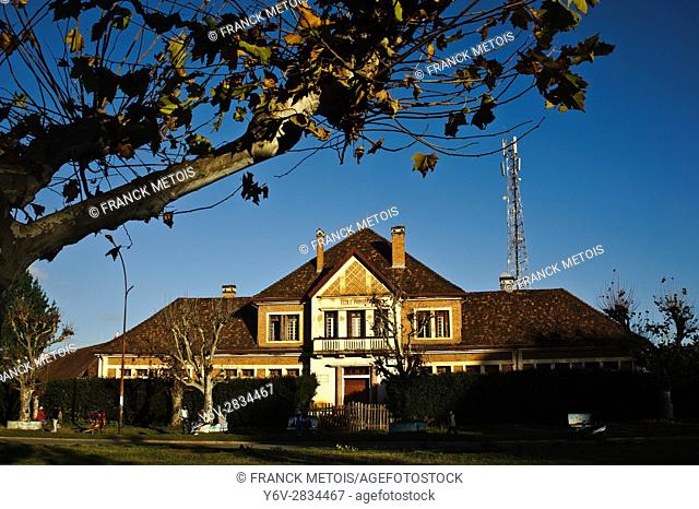Old building dating from the colonial period + mobile telephony antenna. At Antsirabe ( Madagascar). The building is a former primary school