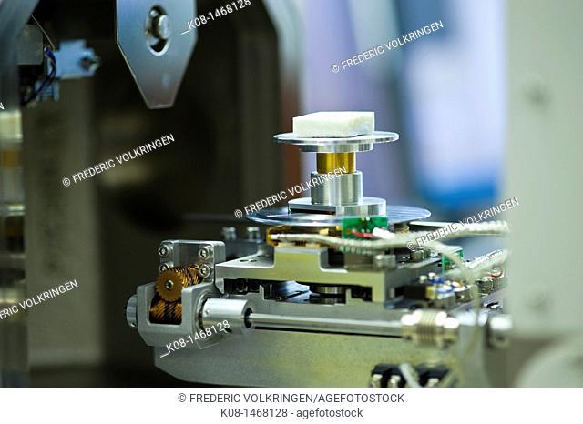 Atomic microscope, analysis area, sample