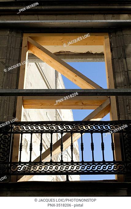 France, North-Western France, Nantes, Rue Santeuil, protection of the former facade of a demolished building on a construction site, 2014