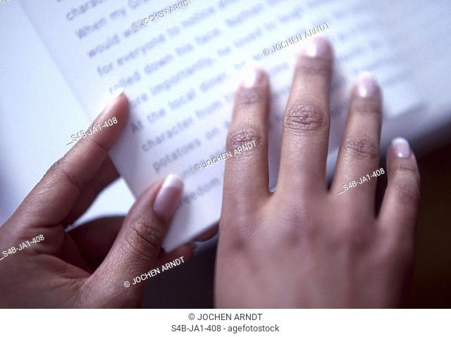 Frauenhaende und Buch | Woman's Hands and Book | fully-released