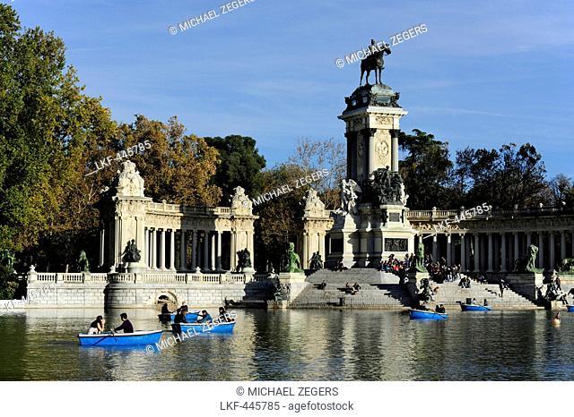 Rowing boats on the Estanque lake, colonnade and equestrian statue, a memorial to Alfonso XII, Glorieta de la Sardana, Parque del Retiro