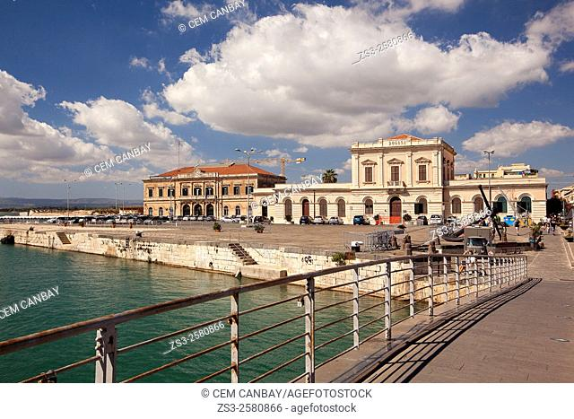 Ponte Santa Lucia bridge with the Customs-Aduana and Port Authority building at the background, Syracuse, Sicily, Italy, Europe