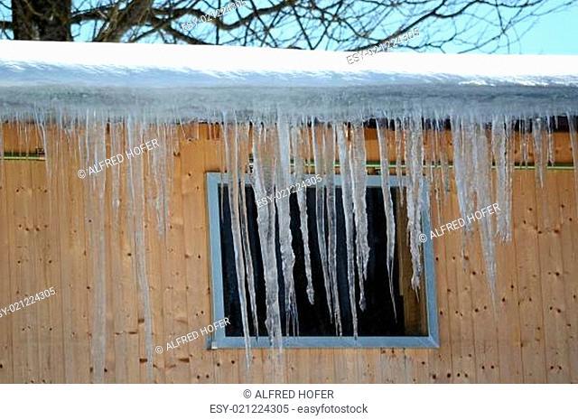 Eiszapfen vorm Fenster