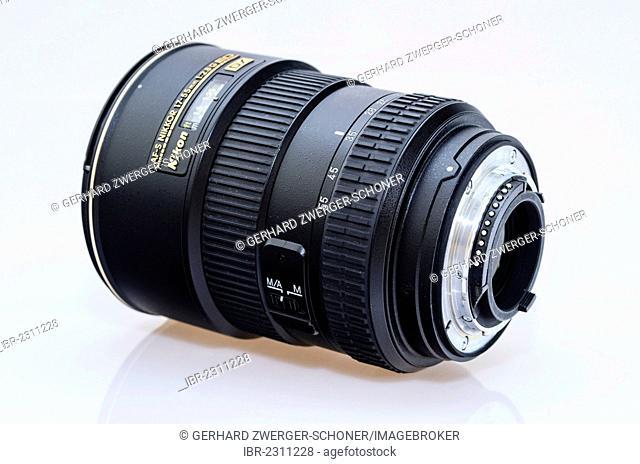 Nikkor AF-S 17-55mm 1:2, 8 G ED DX lens with a bayonet lens mount
