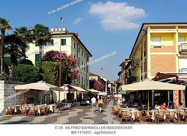 Bars and ice cream shops along the lakeside promenade in Lazise on Lake Garda, Lago di Garda, Veneto region, Italy, Europe