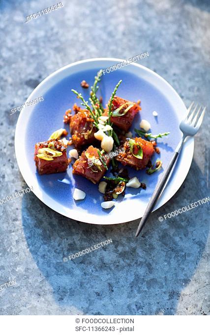 Diced tuna with glasswort