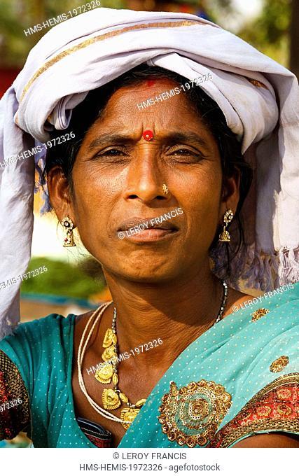 India, Chhattisgarh, Sonarpal, adivasi woman portrait
