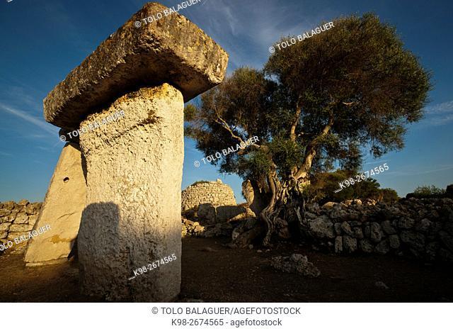 Recinto de taula. Poblado talaiótico de Talatí de Dalt, 1000 - 2000 b. C. Maó. (2011) Menorca. Balearic Islands, Spain