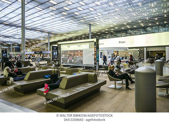 France, Paris, Chares DeGaulle Airport, travelers at the duty free shopping area, Aerogare 2, terminal E, NR