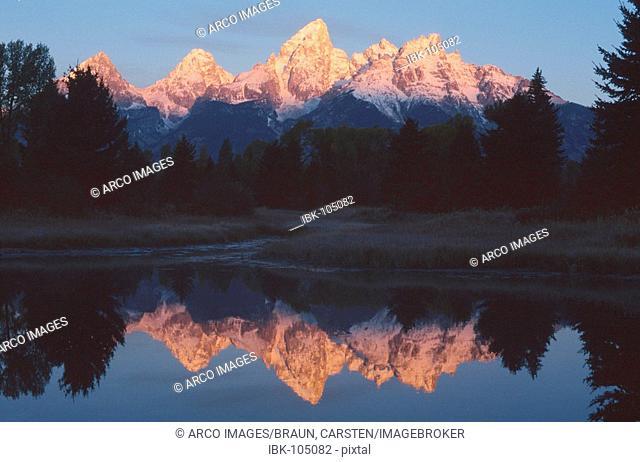Teton Range and Snake River in morning light, national park Grand Teton, Wyoming, USA