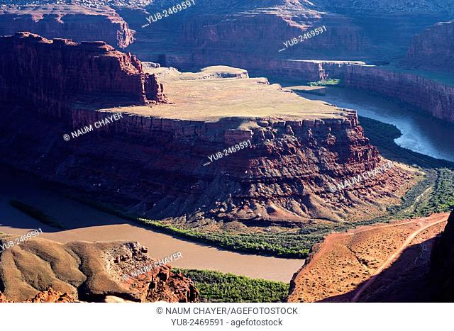 A dramatic overlook of the Colorado River and Canyonlands National Park from Dead Horse Point State Park, Utah, USA