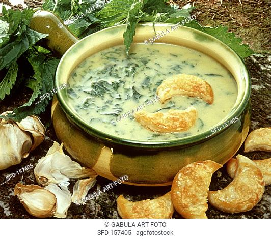 Nettle soup with puff pastries (2)