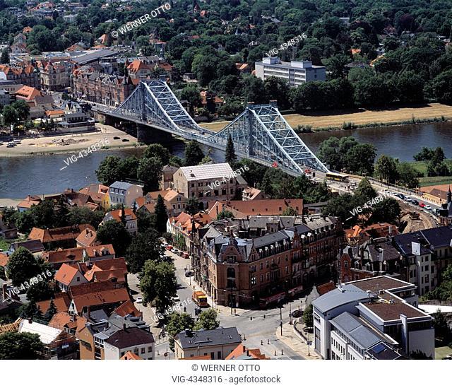 D-Dresden, Elbe, Sachsen, Die Elbebruecke Blaues Wunder wurde zwischen 1891 und 1893 erbaut und verbindet die Dresdener Stadtteile Loschwitz im Vordergrund und...