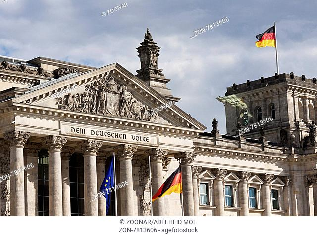 Dem deutschen Volke, Reichstagsgebäude, Reichstag,Plenarbereich am Platz der Republik in Berlin ist seit 1999 Sitz des Deutschen Bundestages