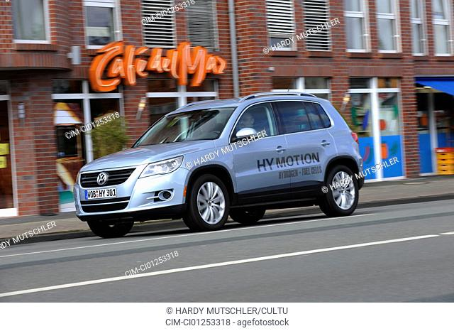 VW Volkswagen Tiguan HyMotion 3, model year 2008, silver, driving, diagonal from the front, frontal view, City, Fuel cells-approx