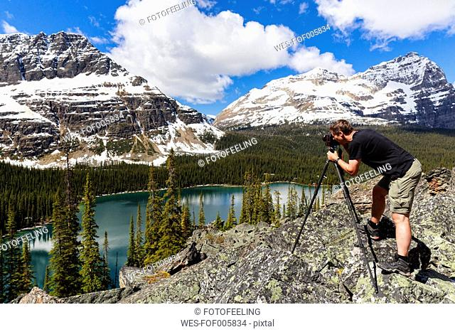 Canada, British Columbia, Yoho Nationalpark, Photographer above Lake O'Hara