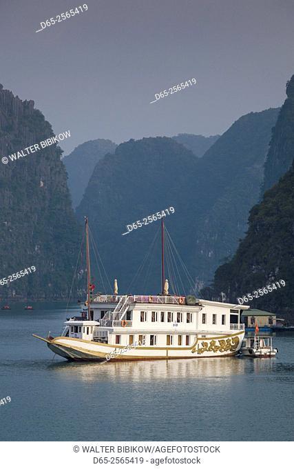 Vietnam, Halong Bay, boat traffic