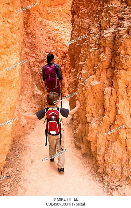 Mother and son, hiking the Queens Garden/Navajo Canyon Loop in Bryce Canyon National Park, Utah, USA