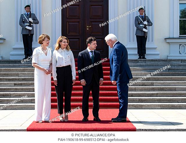 18 June 2019, Berlin: Federal President Frank-Walter Steinmeier (r) and his wife Elke Büdenbender (l) receive Volodymyr Selensky (2nd from right)