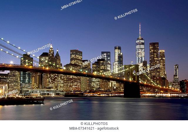 Night view of the Manhattan skyline with Brooklyn Bridge in the foreground, New York City, USA