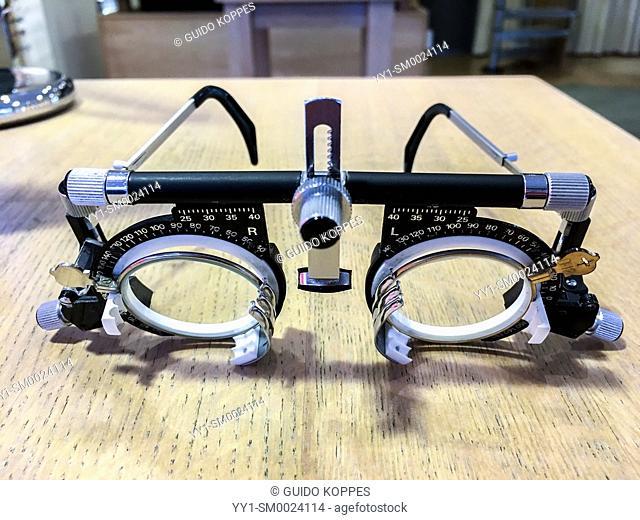measuring device, google, goggles, optimetricians tool, optimetrician's tool, poor eyesight
