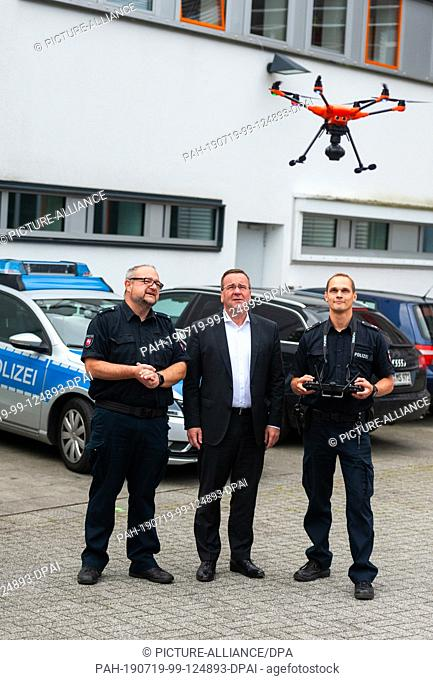 10 July 2019, Lower Saxony, Buchholz: Boris Pistorius (SPD, M), Minister of the Interior of Lower Saxony, has the drone pilots Michael Scheib (l) and Thomas...