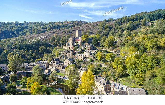 France, Aveyron, Belcastel, labelled Les Plus Beaux Villages de France (The Most Beautiful Villages of France), general view of the village with the castle and...