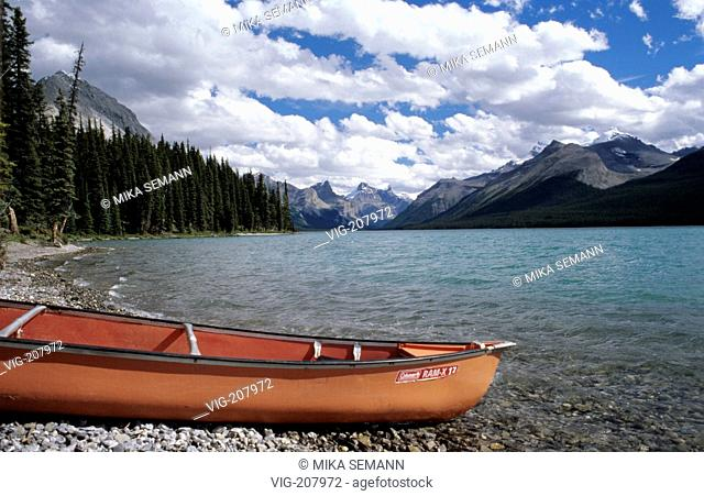 canoe on a beach of Maligne Lake, Jasper Nationalpark - JASPER NATIONALPARK, ALBERTA, KANADA, 01/08/2004