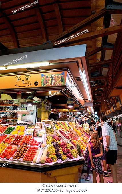 Spain, Catalonia, Barcelona, Santa Caterina market, Tourists watching fruits at Torrent stand