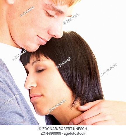 Junge Frau lehnt sich an die Schulter ihres Partners