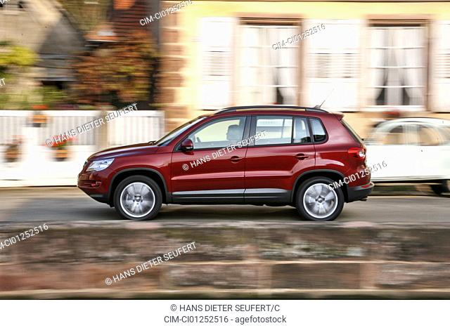 VW Volkswagen Tiguan 1.4 TSI Track & Field, model year 2007-, red, driving, side view, City