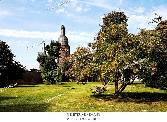 Germany, North Rhine Westphalia, Zons, Citywall with tower Juddeturm and church St. Martinus