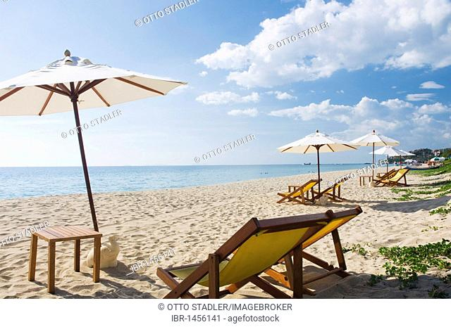 Parasols and sun loungers on the sandy beach, Klong Nin Beach, Ko Lanta or Koh Lanta island, Krabi, Thailand, Asia