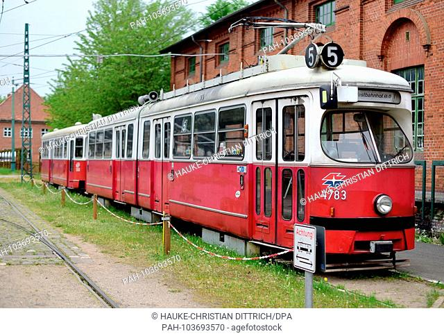 Historic tram from the austrian capital Vienna at the tram museum in Sehnde (Germany), 10 May 2018. | usage worldwide. - Sehnde/Niedersachsen/Germany