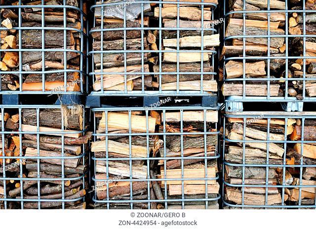 Brennholz in Gitterboxen, Firewood in mesh boxes