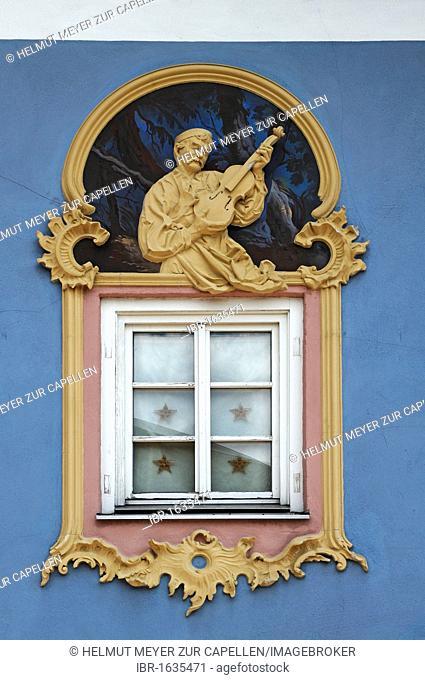 Relief figure of a violin maker, 1996, design and stucco by Sebastian Pfeffer, fresco by Stephen Pfeffer, Obermarkt 9, Mittenwald, Upper Bavaria, Bavaria
