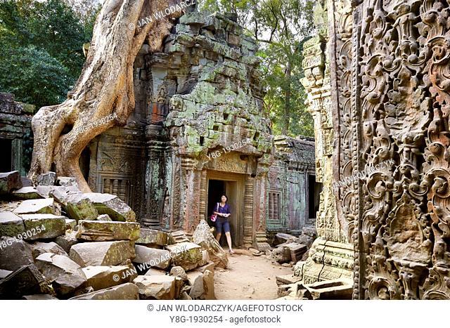 Turist exploring Ta Prohm Temple - Angkor Temple Complex, Cambodia, Asia, UNESCO