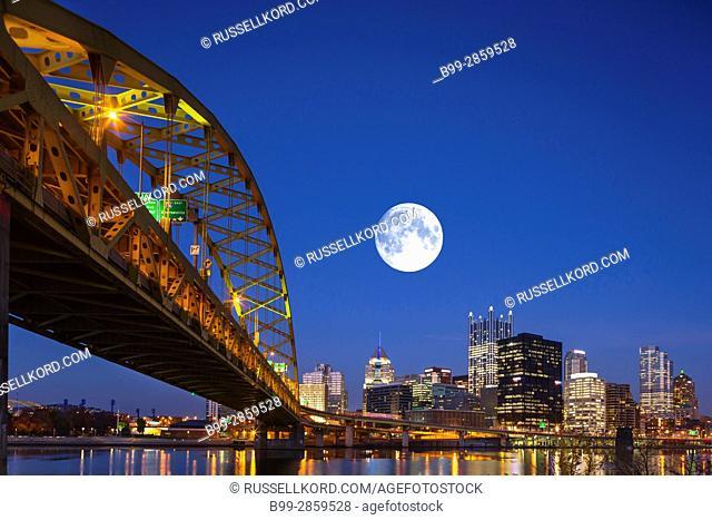 FORT PITT BRIDGE MONONGAHELA RIVER DOWNTOWN SKYLINE PITTSBURGH PENNSYLVANIA USA