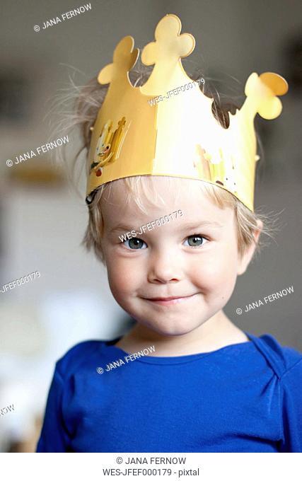 Germany, Kiel, girl wearing a crown