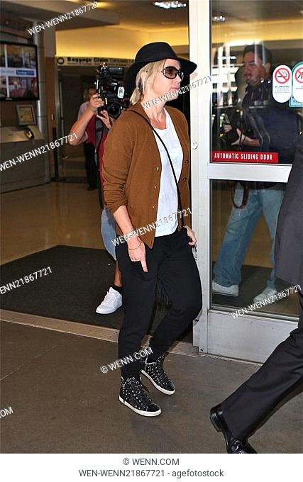 Jennie Garth arrives at Los Angeles International Airport (LAX) wearing a felt hat and brown cardigan Featuring: Jennie Garth Where: Los Angeles, California