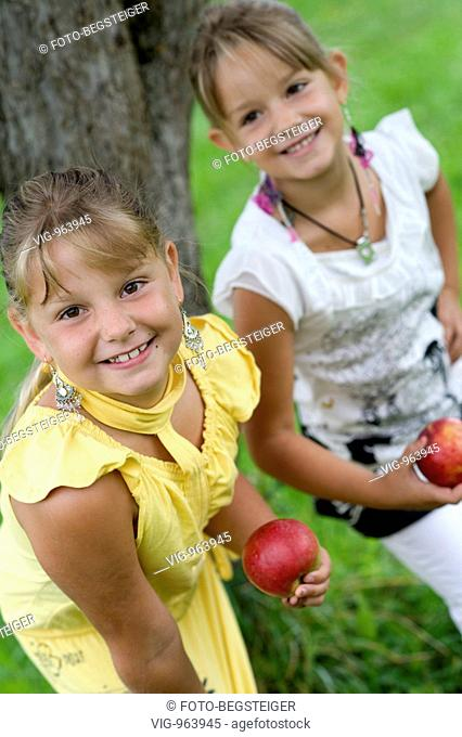 two girls with apples. - 25/08/2008