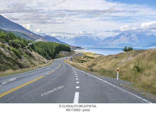 Road alongside Lake Pukaki, looking towards Mt Cook mountain range. Ben Ohau, Mackenzie district, Canterbury region, South Island, New Zealand