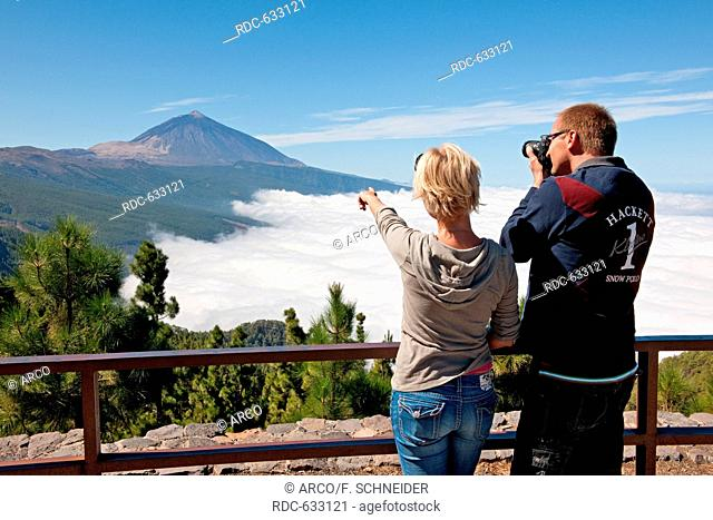couple looking at Teide and Sea of Clouds, Tenerife, Teneriffa, Canary Islands, Spain, Europe