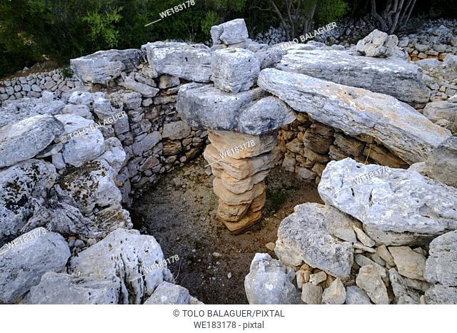 Hospitalet Vell , Talayot cuadrado con restos de su cubierta de losas de piedra, núcleo de hábitat talayótico , término municipal de Manacor, Mallorca
