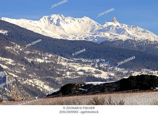Verschneites Bergmassiv der Walliser Alpen mit dem Kalksteinturm des Pierre Avoi Gipfels, Wallis, Schweiz / Snow-covered mountain range of the Pennine Alps with...