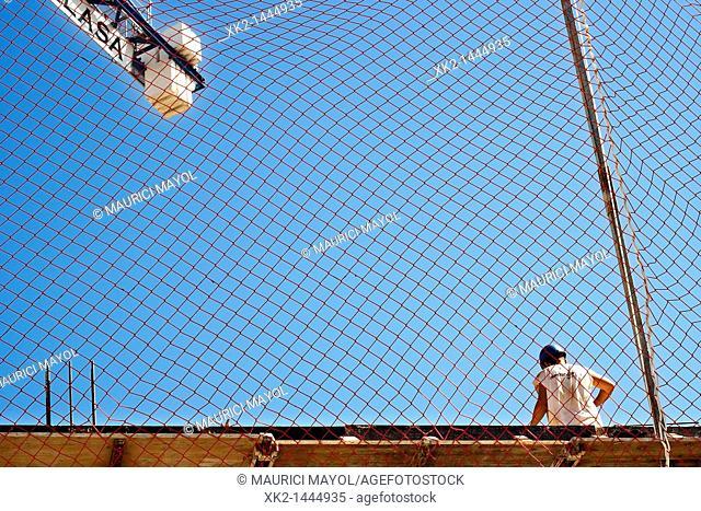 Prevención de riesgos laborales, trabajador de la construcción ante una red de seguridad