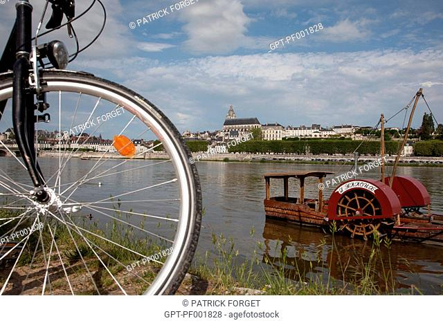 CYCLISTS ON THE BANKS OF THE LOIRE IN FRONT OF A PADDLEBOAT, CATHEDRAL SAINT-LOUIS IN THE BACKGROUND, 'LOIRE A VELO' CYCLING ITINERARY, BLOIS, LOIR-ET-CHER 41
